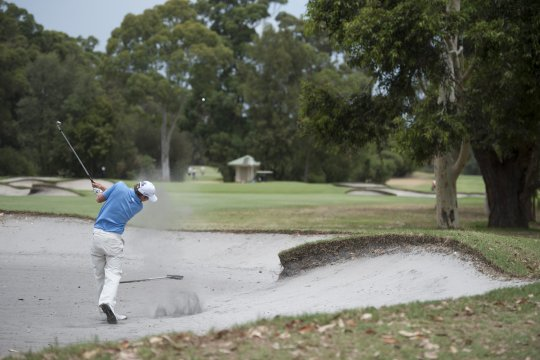 Cameron Smith explodes from the 4th fairway trap at Commonwealth during the 3rd round of the Australian Amateur Championship (Photo: Anthony Powter)