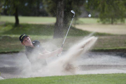 Cameron Smith escapes from the 8th greenside bunker during the quarter-final round of the Australian Amateur Championship (Photo: Anthony Powter)